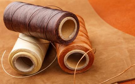 Vegetabiliskt färgat läder ger en vacker färg på lädret